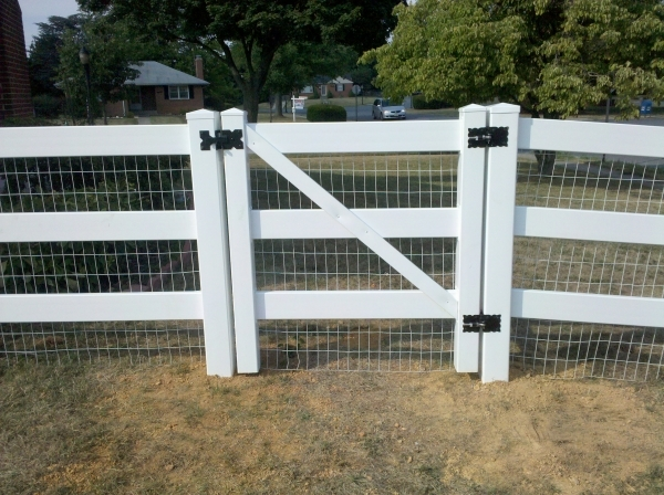 Image of 3 Rail Vinyl Fence Home